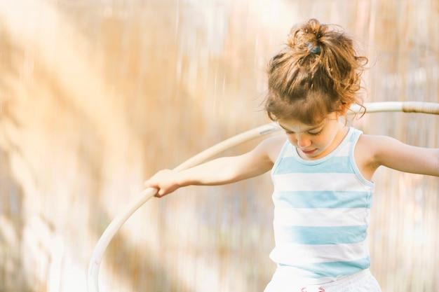 Menina com hula hoop