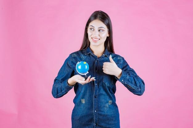 Menina com jaqueta jeans fazendo sinal de boa mão