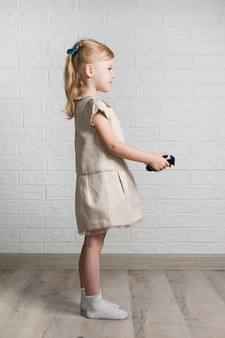 Menina com joystick em casa