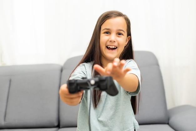 Menina com joystick. menina animada jogando videogame e sorrindo