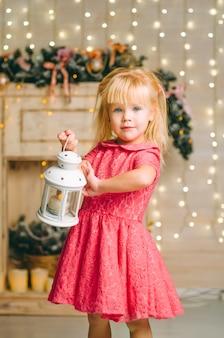 Menina com lâmpada vintage decorativa