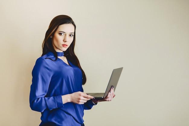 Menina, com, laptop, ligado, fundo, de, parede