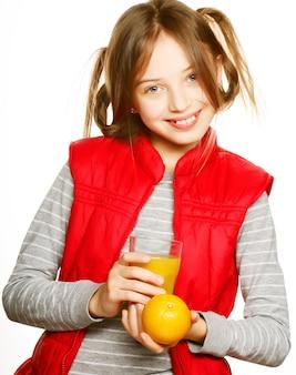 Menina com laranjas e suco. isolado no branco.