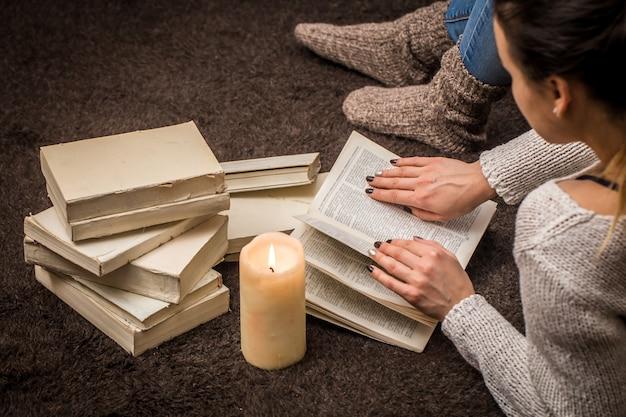 Menina com livros