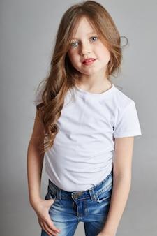 Menina com longos cabelos loiros e jeans