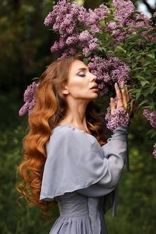 Menina com maquiagem e penteado em close-up lilás