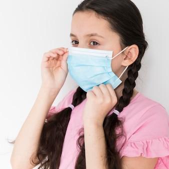 Menina com máscara cirúrgica