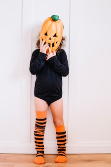 Menina com máscara de abóbora