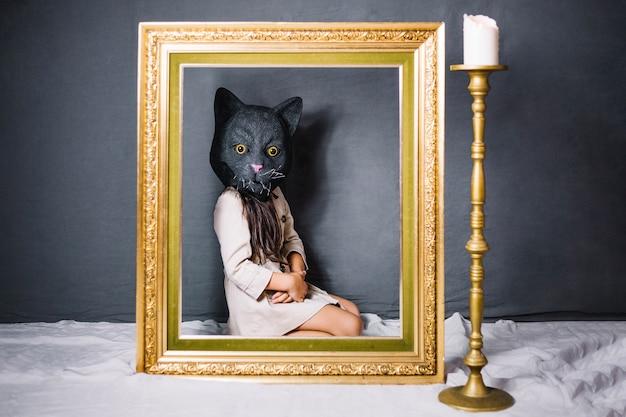 Menina com máscara de gato