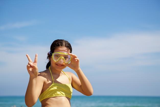 Menina com máscara de mergulho amarela