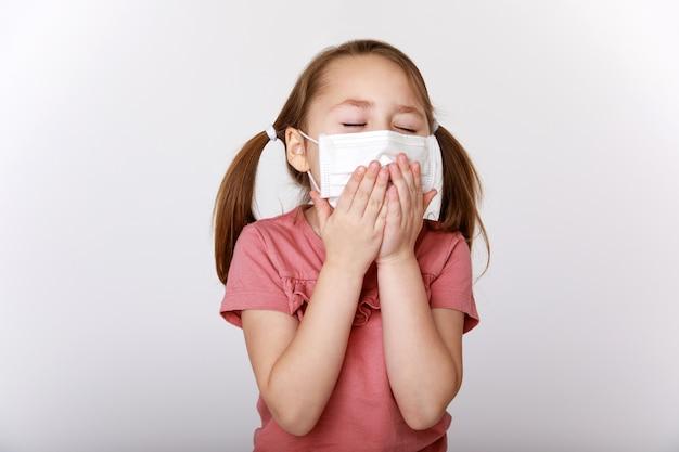 Menina com máscara de vírus e bactérias