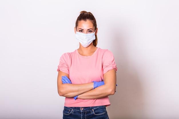 Menina com máscara médica para protegê-la do vírus. pessoas hospitalizadas, diagnosticadas, em carantina (isolamento)