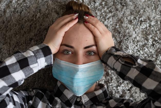 Menina com máscara médica para protegê-la do vírus