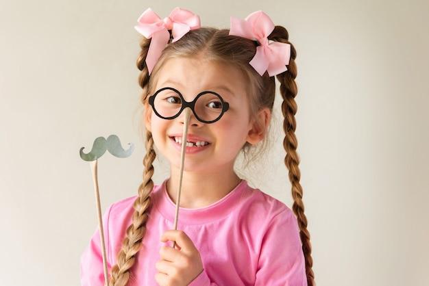 Menina com máscaras de fantasias para o dia dos pais.