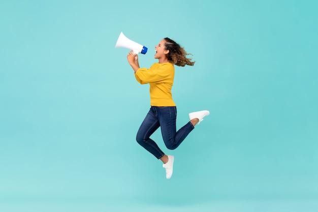 Menina com megafone pulando e gritando