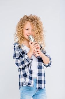 Menina com microfone sorrindo cantando