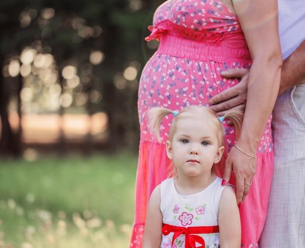 Menina com mulheres grávidas ao ar livre