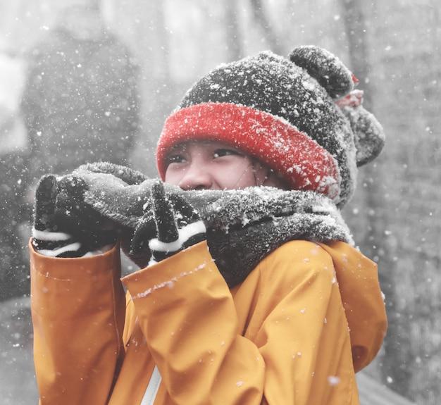 Menina com neve caindo