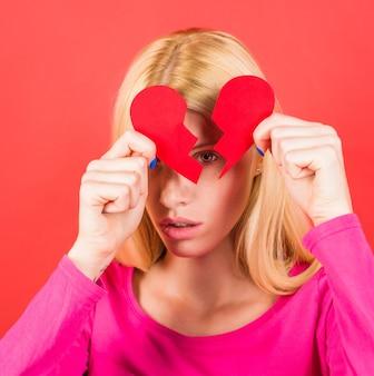 Menina com o coração partido. divórcio. romper. amor infeliz. quebra de relacionamento. ruptura de relações.