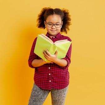 Menina com óculos de leitura