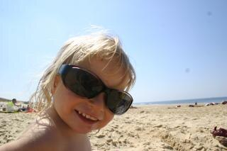 Menina com óculos de sol muito grande em t