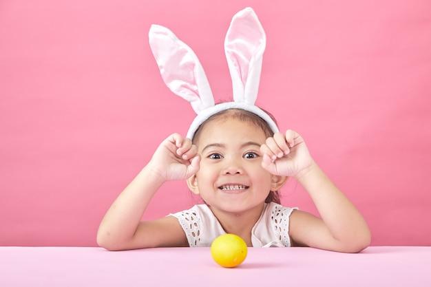 Menina, com, orelhas coelho, dia páscoa