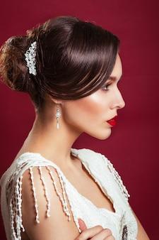 Menina com ornamentos nos cabelos e lábios vermelhos