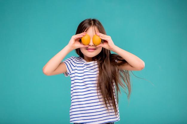 Menina com ovos de páscoa