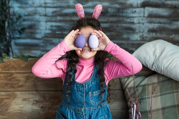 Menina, com, ovos páscoa, sorrindo