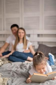 Menina com pais lendo