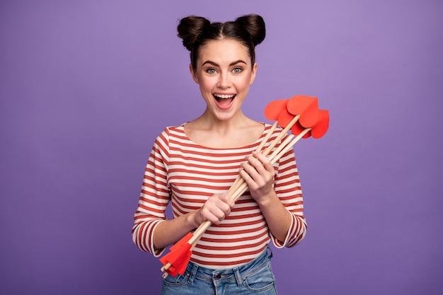 Menina com penteado da moda segurando flechas de amor de cupido