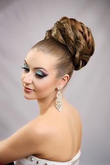 Menina com penteado e maquiagem