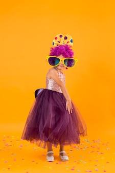 Menina com peruca de palhaço e grandes óculos escuros