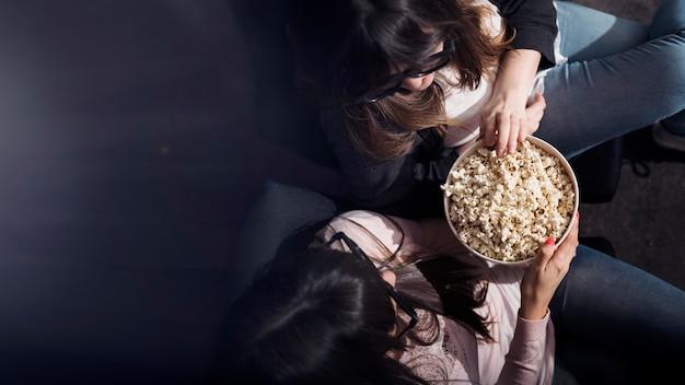 Menina, com, pipoca, em, cinema