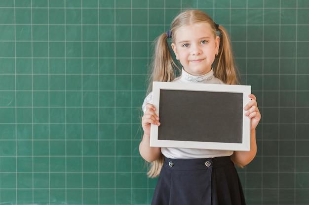 Menina, com, placa traseira, perto, chalkboard
