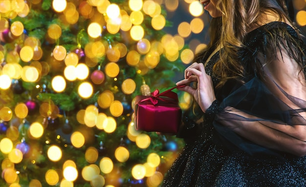 Menina com presentes na noite de natal.