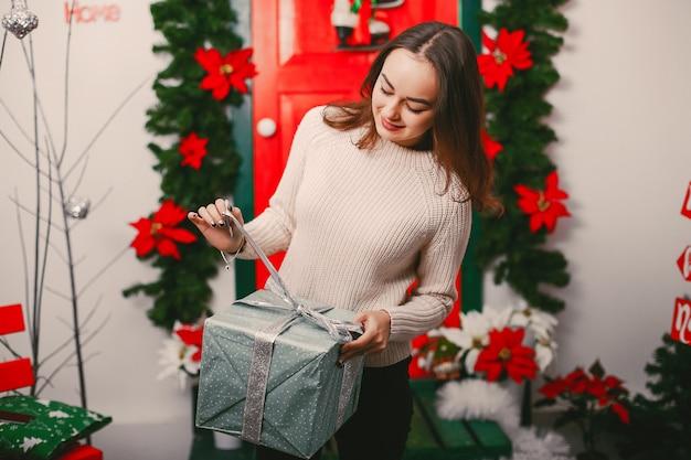 Menina com presentes