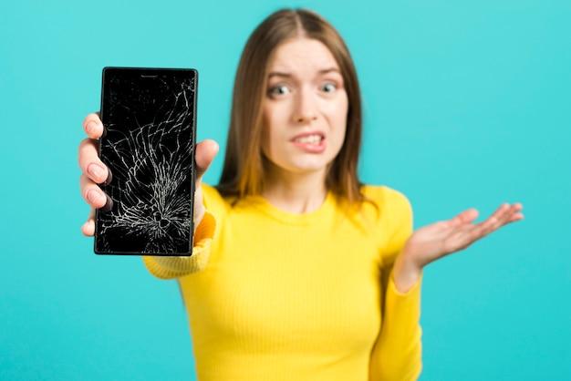 Menina, com, quebrada, telefone móvel