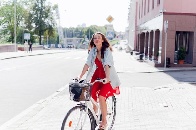 Menina com retrato de bicicleta ao ar livre.