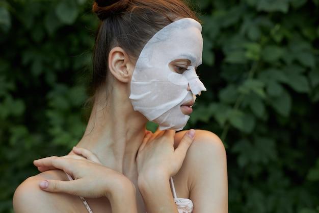 Menina com retrato de máscara anti-rugas
