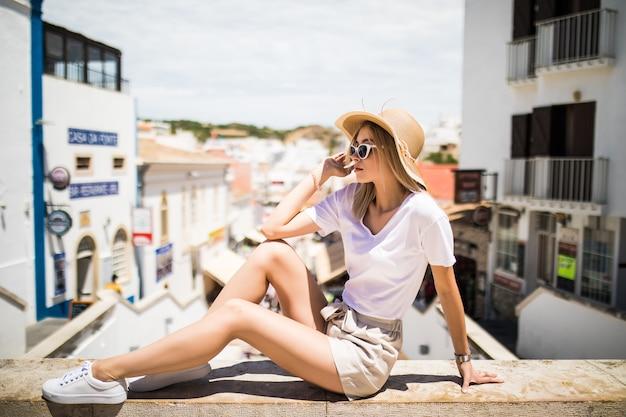 Menina com retrato de moda ao ar livre usando chapéu
