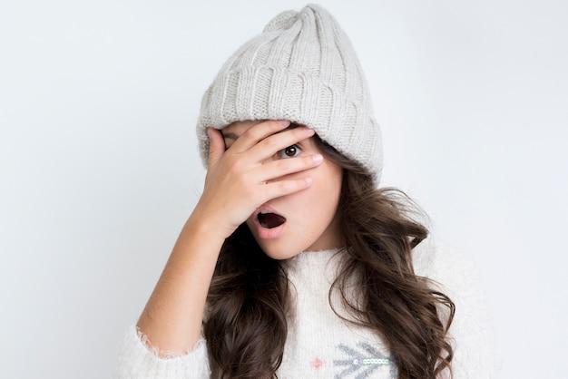 Menina com roupas de inverno vista frontal