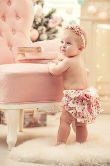Menina com roupas rosa e interior feliz em estilo retro