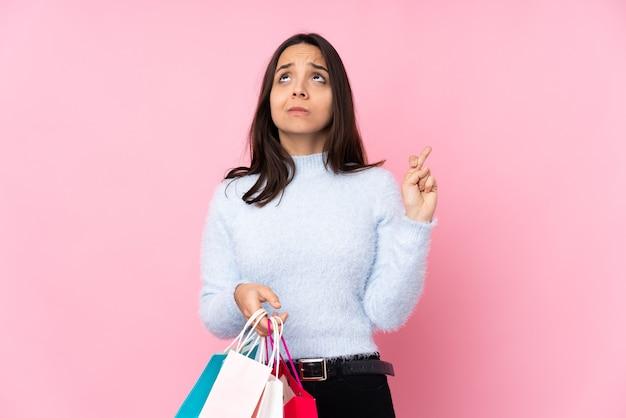 Menina com sacolas de compras sobre fundo isolado