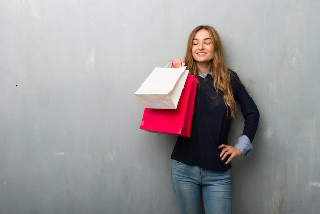 Menina com sacos de compras felizes e sorridentes
