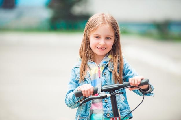 Menina com scooter