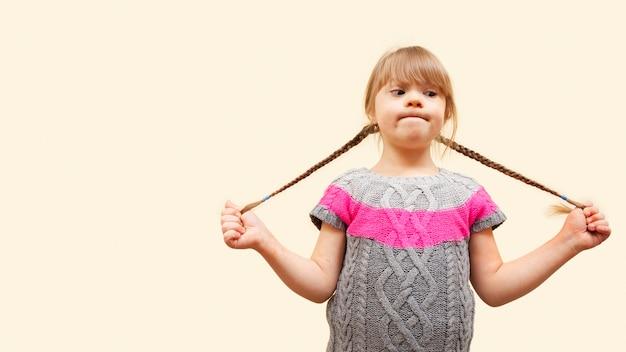 Menina com síndrome de down e cópia espaço e