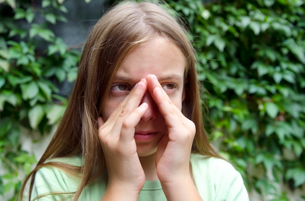 Menina com sinusite e dor de ouvido. criança tendo problema de saúde nasal
