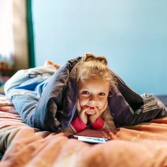 Menina, com, smartphone, olhando câmera