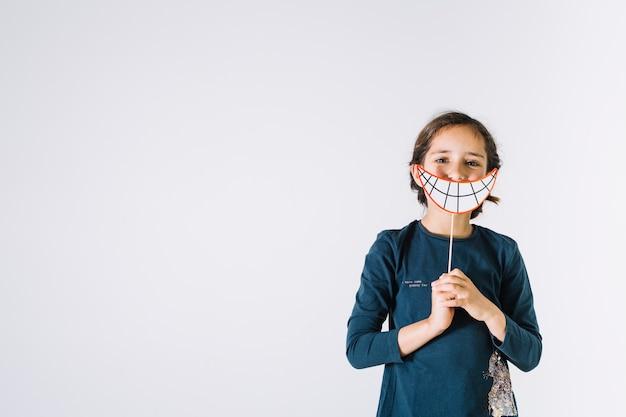 Menina com sorriso de papel